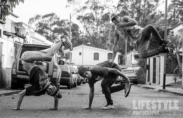 Photo de trois danseurs en pause