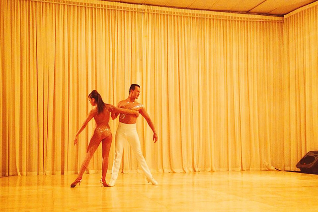 Couple qui danse la bachata en tenue de danse.