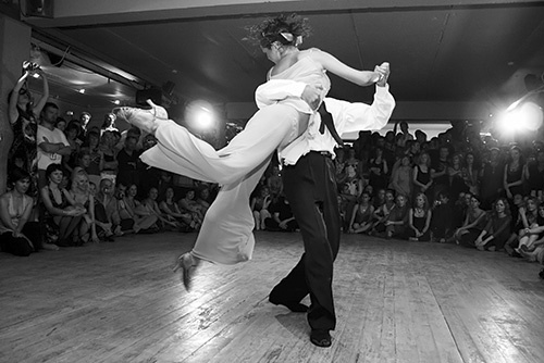 Danseurs de tango en noir et blanc.
