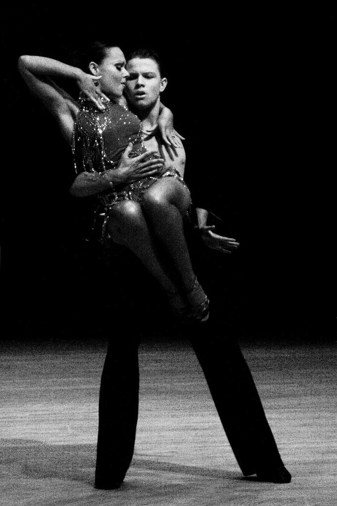 Danseurs de rumba en noir et blanc.