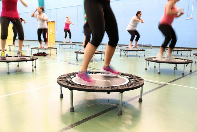 Des femmes prenant un cours de fitness sur trampoline.