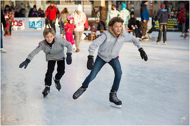 Deux enfants font du patin à glace.