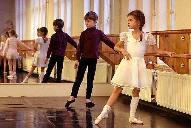 Un cours de danse classique pour enfants.