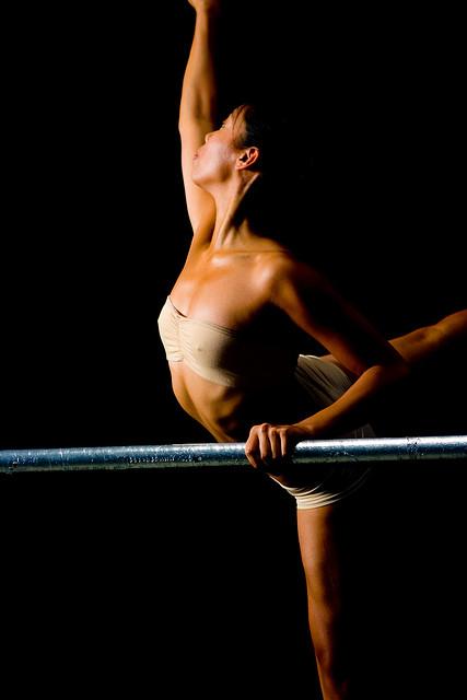 Une danseuse en plein entraînement.