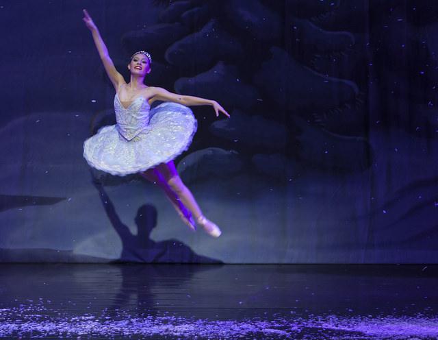 Photographie d'une danseuse de ballet semblant voler.