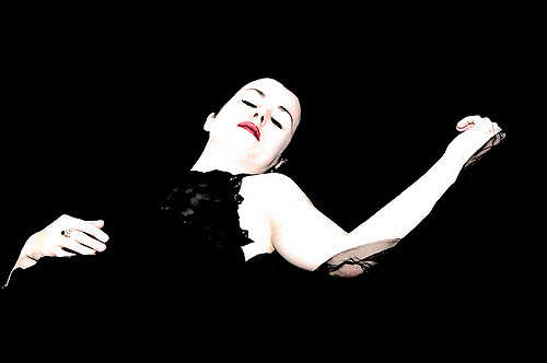 Femme qui dort en noir, blanc et rouge.
