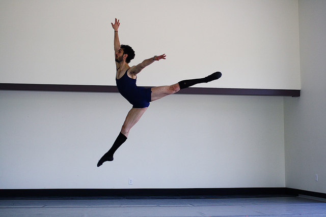 Photographie d'un danseur s'exercant au saut.