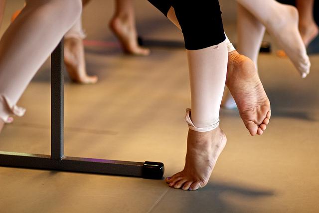Les danseuses travaillent leurs pieds.