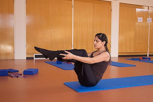 Femme pratiquant le Pilates.