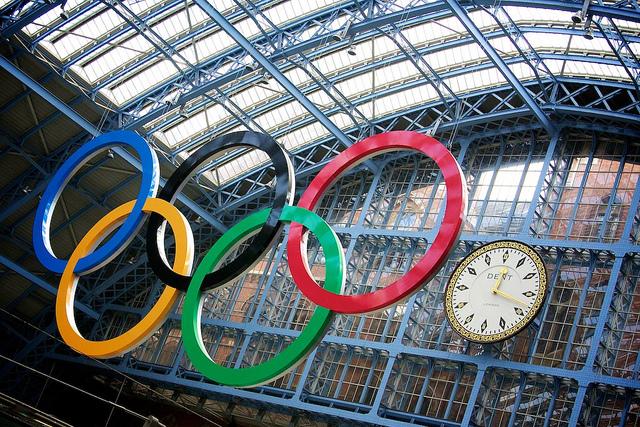 Photographie des anneaux olympiques dans une gare d'Angleterre.