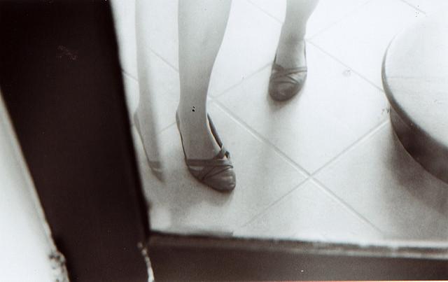 Jambes de femme dans un miroir.