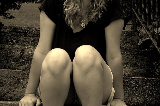 Genoux de femme sur une photo en noir et blanc.