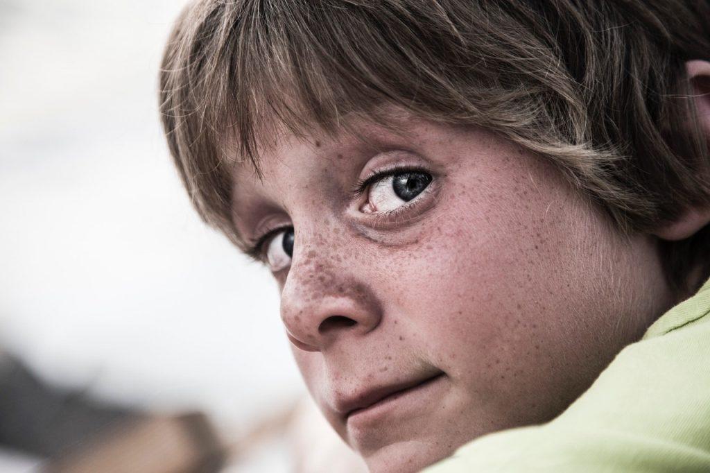 Jeune garçon aux yeux bleus.