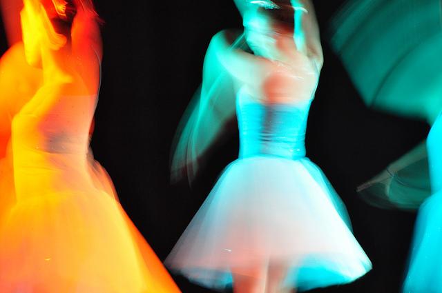 Danseuses colorées en mouvement.
