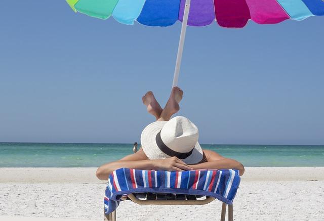 Femme qui bronze sur la plage.