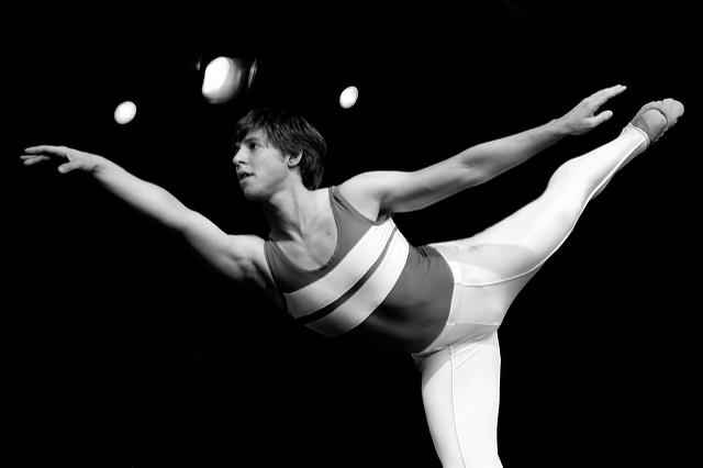 Photographie en noir et blanc d'un jeune danseur.