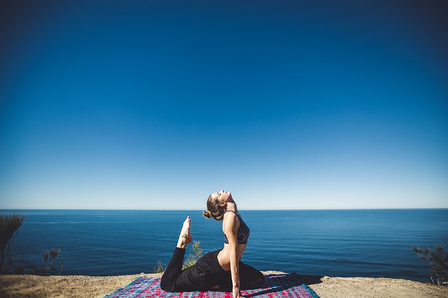Posture de yoga au soleil.