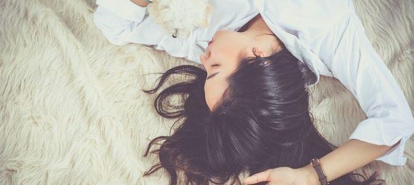 Jeune femme qui dort.