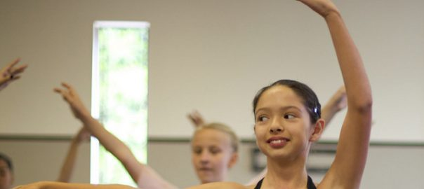 Jeunes filles en plein cours de danse