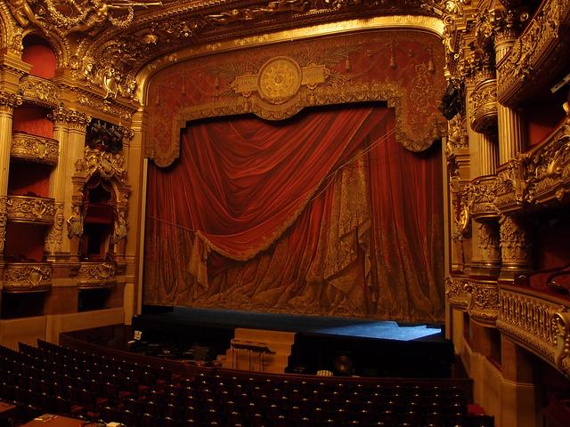 La salle principale du Palais Garnier, institution de l'Opéra de Paris.