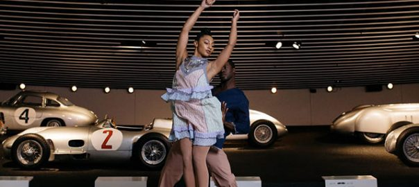 Danseurs de hiplet dans le musée Mercedes-Benz.