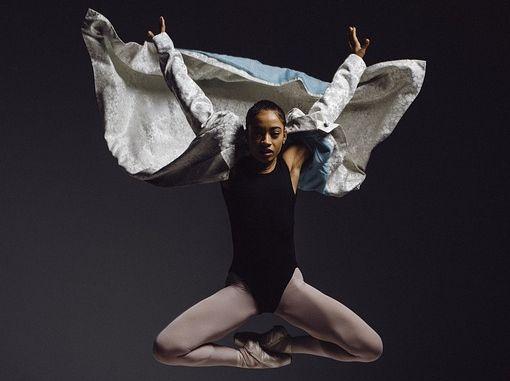 Danseuse en tenue de danse classique qui effectue un saut