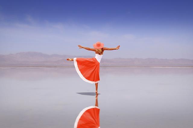 Femme de dos effectuant un pas de danse