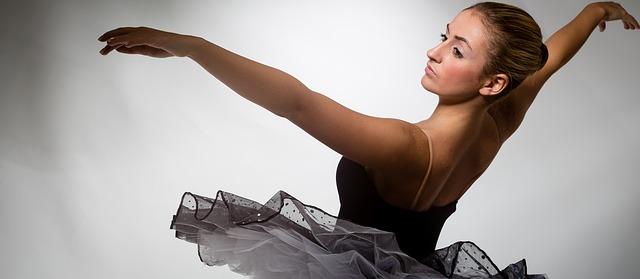 Ballerine en tenue de danse classique.