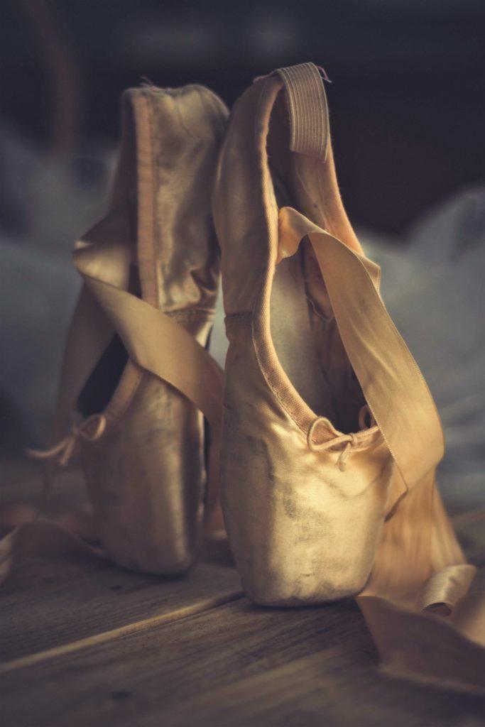 Des pointes de danse posées en équilibre.