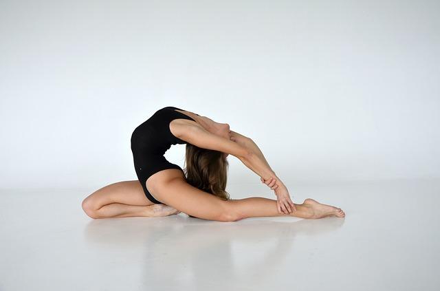 Jeune femme qui fait de la danse en justaucorps.