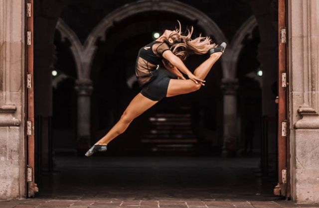 Danseuse de ballet effectuant un saut.
