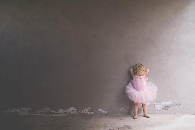 Petite fille en tutu rose.
