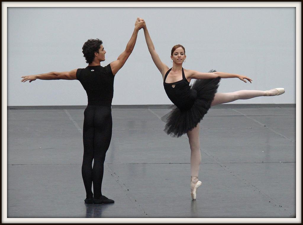 Un homme et une femme en train de pratiquer la danse classique