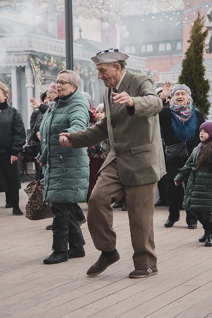 Couple de personnes âgées qui danse.