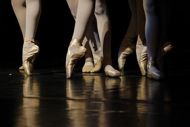 Des danseuses classiques sur leurs pointes.