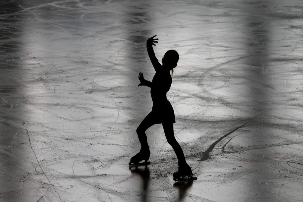 Patineuse artistique sur la patinoire.