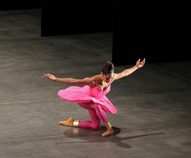 La danseuse étoile américaine Misty Copeland salue son public, elle porte une tenue rose.