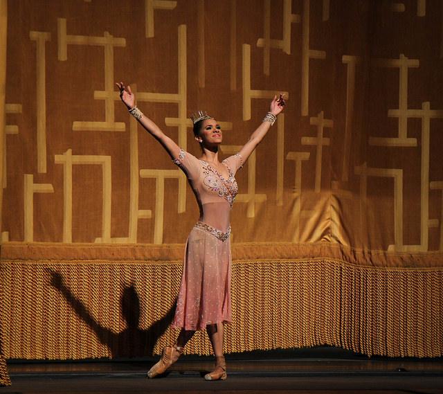 La danseuse étoile américaine Misty Copeland salue son public.