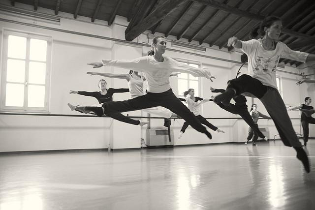 Un groupe de danseuses en plein cours.