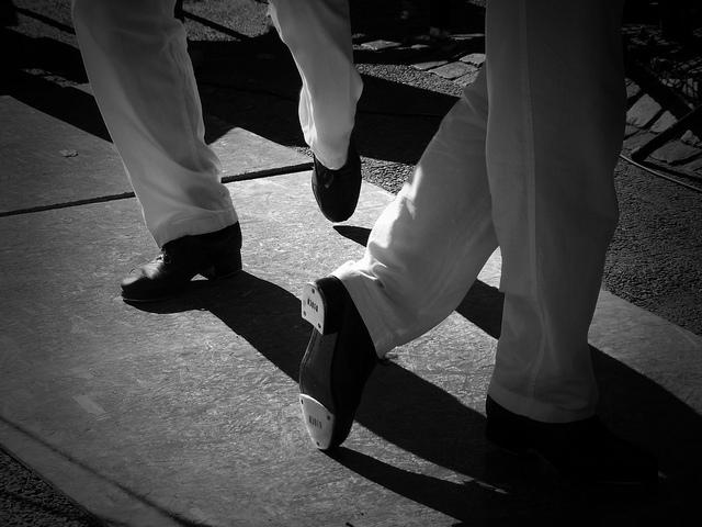Hommes en train de danser avec des chaussures de claquettes.