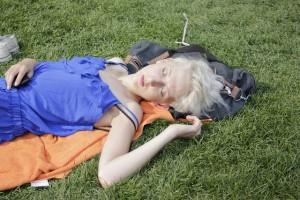 Femme qui dort dans l'herbe.