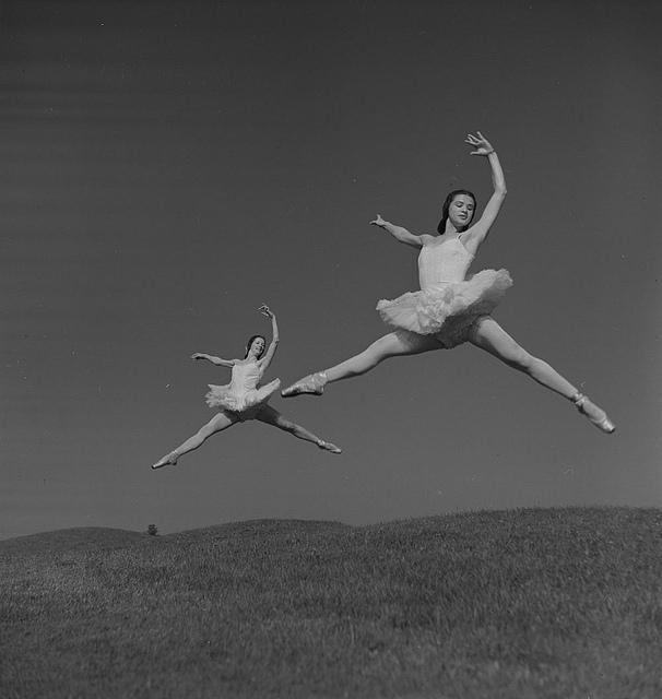 Des femmes dansent dans un champ.