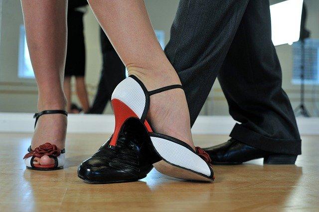Focus sur des pieds de dansuers et danseuses de tango.