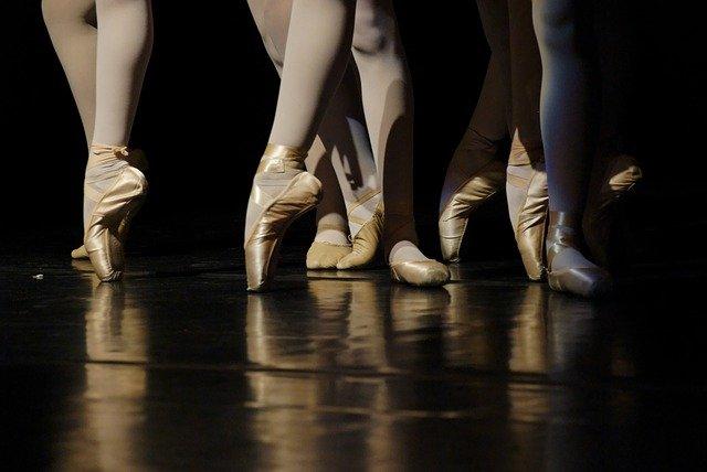 Scène de danse avec zoom sur les chaussons pointes.