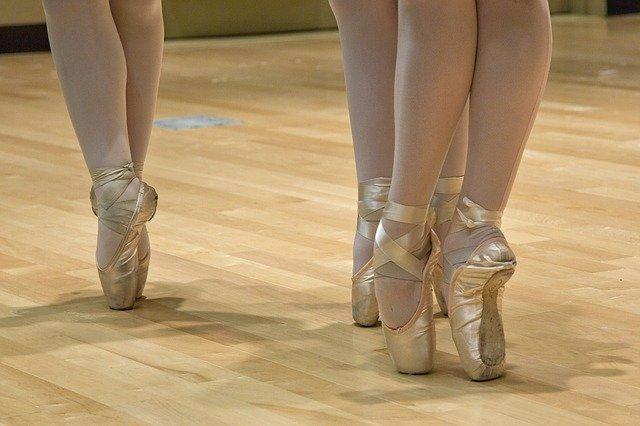 Entrainement de danse classique en chaussons pointes.