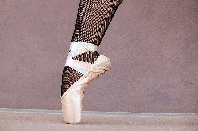 Pied de danseuse classique dans un chausson pointe.