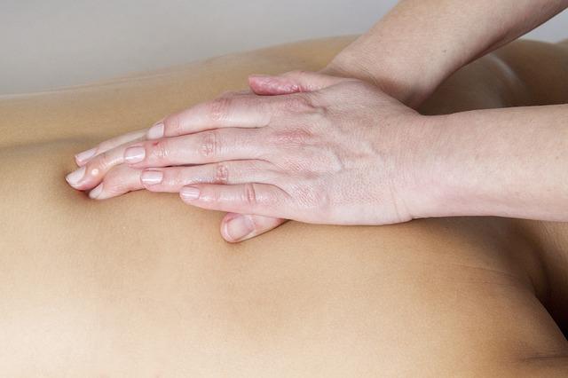 Massage d'un ostéopathe.