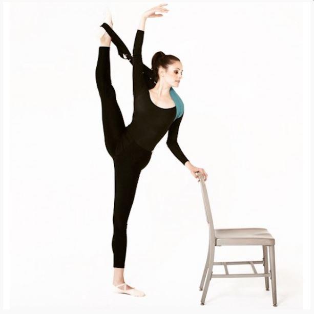 Une danseuse utilisant le flexistretcher.