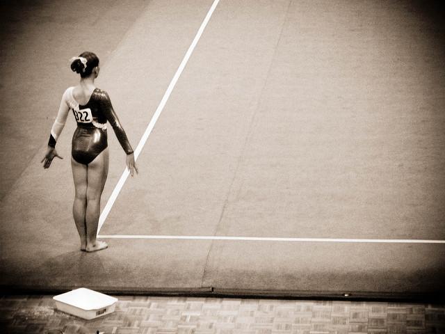 Une gymnaste en justaucorps avant son épreuve.