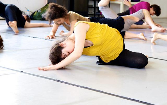Photographie d'un professeur de danse en train de faire cours à ses élèves.